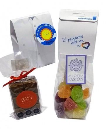 Bolso camisa con chocolates y gomitas para compartir